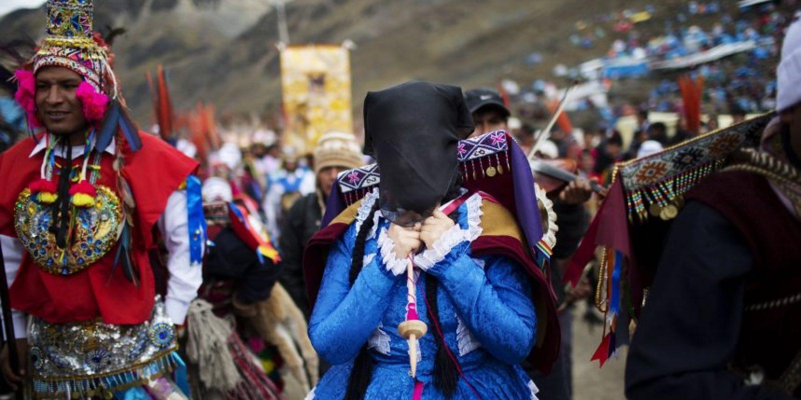 En esta fotografía del 23 de mayo de 2016 peregrinos esperan el inicio de una procesión al Santuario del Señor de Qoyllur Rit'i como parte del festival sincrético del mismo nombre, traducido de la lengua quechua como Estrella de Nieve, en el Valle Sinakara en la región de Cusco en Perú. Foto:AP Photo/ Rodrigo Abd