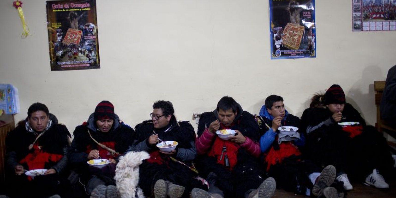 """En esta fotografía del 23 de mayo de 2016 peregrinos vestidos como """"ukukus"""" toman sopa que les dieron los feligreses en una parroquia en la ciudad de Occongate, en la región de Cusco en Perú. El grupo, que incluye músicos y bailarines, se reunió en la ciudad de Paucartambo y viajó en el lecho de un camión al Valle Sinakara para participar en el festival sincrético Qoyllur Rit'i, traducido de la lengua quechua como Estrella de Nieve. Foto:AP Photo/ Rodrigo Abd"""