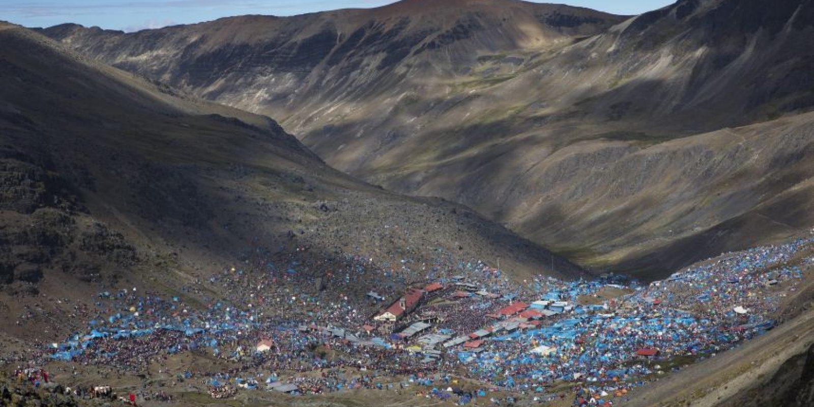 En esta imagen, tomada el 24 de mayo de 2016, peregrinos se reúnen en el santuario levantado para el festival Qoyllur Rit'i en el valle de Sinakara, cerca de la localidad de Mahuayani, en la región peruana de Cusco. La festividad anual, que dura tres días y está basada en el calendario andino, combina la tradición católica, la inca y la andina, y es considerada una celebración de las estrellas. Foto:AP Photo/ Rodrigo Abd