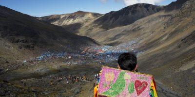 En esta fotografía del 24 de mayo de 2016 un muchacho desciende la montaña Qullqip'unqu mirando a las decenas de miles de peregrinos que se reunieron para celebrar el festival de tres días de Qoyllur Rit'i, traducido de la lengua quechua como Estrella de Nieve, en el Valle Sinakara en la región de Cusco en Perú. Foto:AP Photo/ Rodrigo Abd