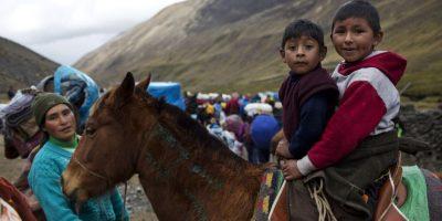 En esta fotografía del 24 de mayo de 2016 niños montan un caballo después de levantar el campamento en la base de la montaña Qullqip'unqu en el Valle Sinakara, en la región de Cusco en Perú, donde pasaron los últimos tres días en el santuario del Señor de la Qoyllur Rit'i participando en el festival del mismo nombre, traducido de la lengua quechua como Estrella de Nieve. Foto:AP Photo/ Rodrigo Abd