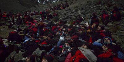 """En esta fotografía del 24 de mayo de 2016 """"ukukus"""", que representan a criaturas míticas mitad hombre mitad oso, se acurrucan para mantener el calor al tomar un descanso de su viaje espiritual a la cima de la montaña Qullqip'unqu, como parte del sincrético festival de Qoyllur Rit'i traducido de la lengua quechua como Estrella de la Nieve en el Valle Sinakara, en la región de Cusco en Perú. Foto:AP Photo/ Rodrigo Abd"""