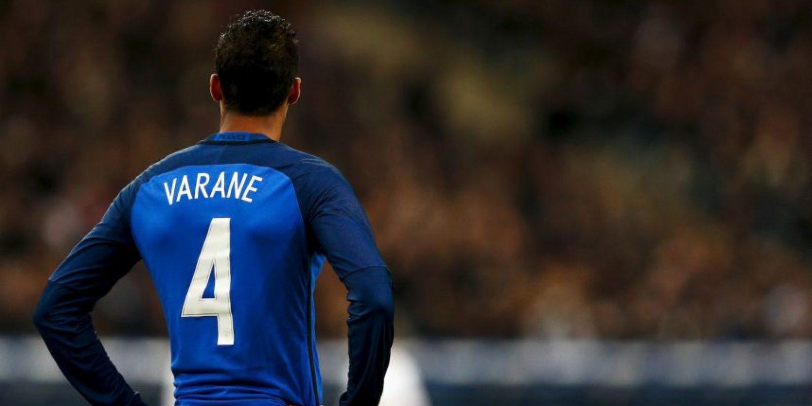 El joven defensor era un fijo en la defensa central de Francia, pero sufrió una lesión en un entrenamiento previo a la final de la Champions League. Luego de confirmar el desgarro grado dos en el bíceps femoral de la pierna izquierda, el zaguero fue descartado del equipo y Adil Rami tomó su lugar. Foto:Getty Images