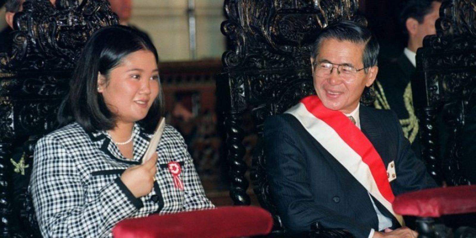 Keiko Fujimori (izquierda) y su padre, Alberto Fujimori, en 1977. Foto:AFP