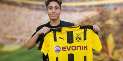 Emre Mor posa con la camiseta del Borussia Dortmund. Foto:@BVB