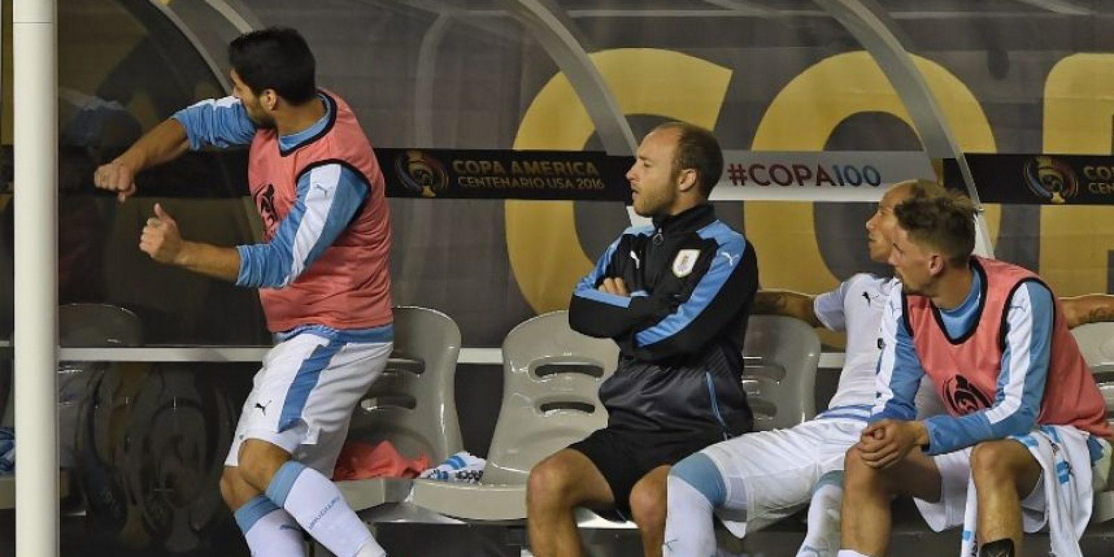 Al no poder ingresar para intentar salvar a su selección, el delantero no escondió su enojo Foto:AFP