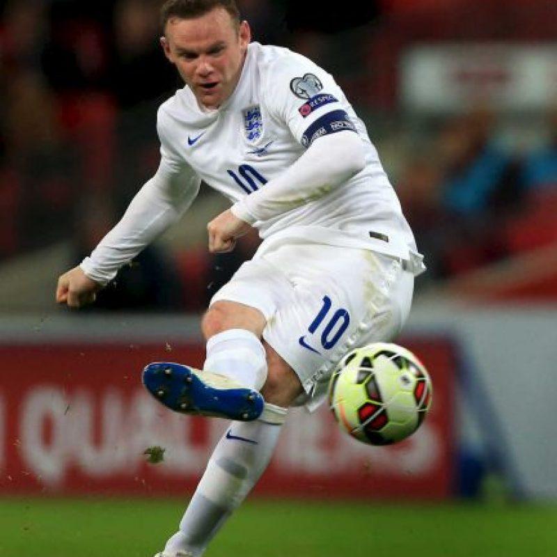 Aunque muchos focos apuntan a las nuevas apariciones, tales como Jamie Vardy o Harry Kane, Rooney continúa siendo la referencia en el ataque de Inglaterra. El niño prodigio del fútbol inglés que debutara con 16 años en la selección se convirtió en esta fase de clasificación en el máximo goleador histórico de Inglaterra por encima de un mito como Sir Bobby Charlton. El otrora delantero centro rematador es hoy un astuto mediapunta. Foto:DPA