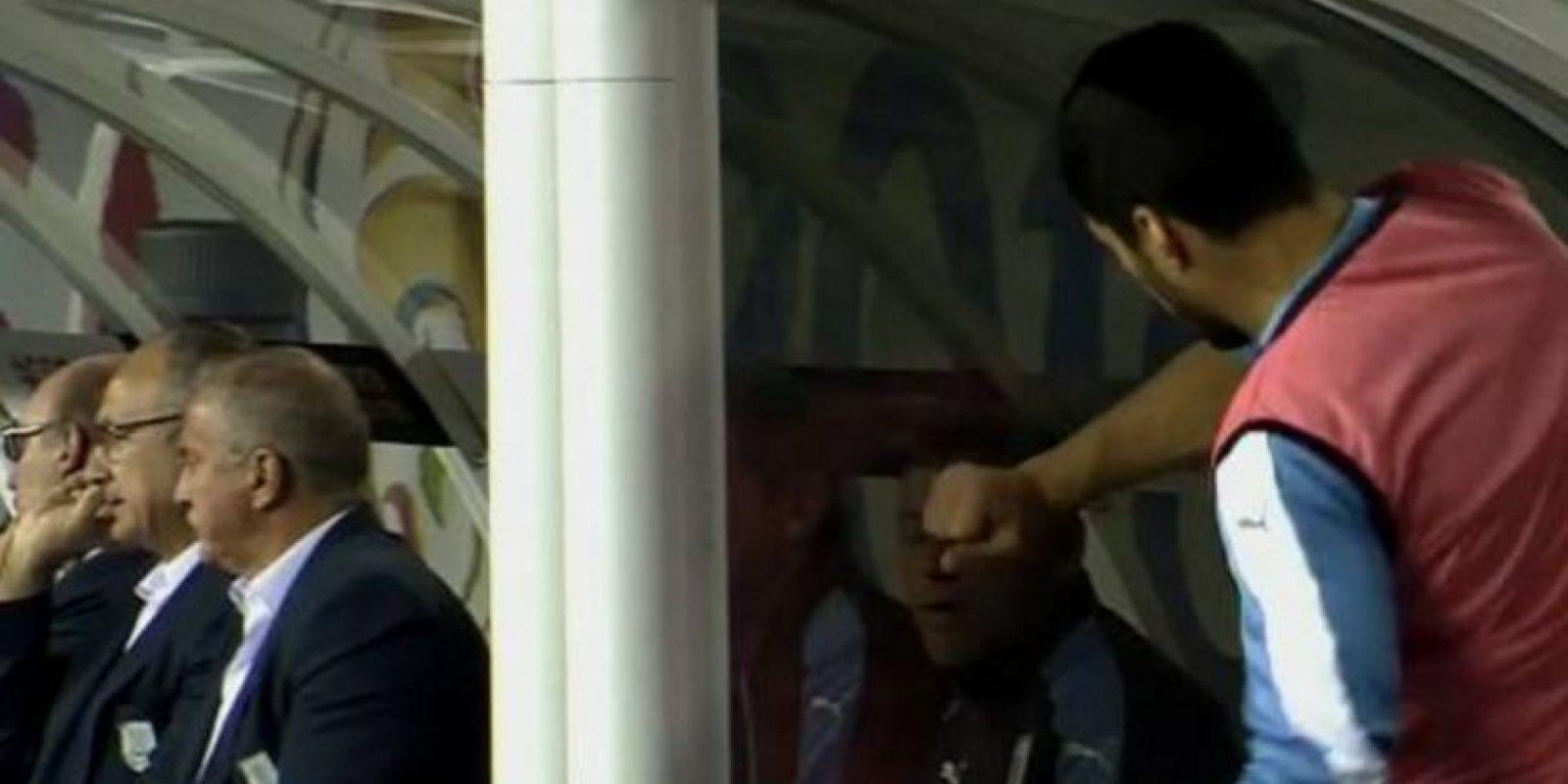 Luego de preguntarle al ayudante por qué no lo había hecho ingresar, el delantero descargó su rabia Foto:Captura de pantalla