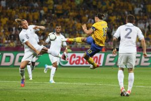 Aunque ya servía de poco y Suecia ya estaba eliminada, Zlatan Ibrahimovic se despachó un golazo para quedar en los libros de la Euro 2012 Foto:Getty Images