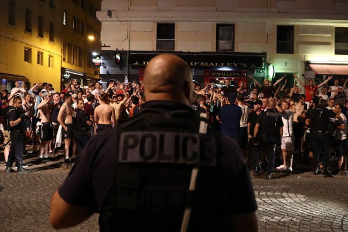 Los hinchas ingleses protagonizaron incidentes con la policía en las calles de Marsella Foto:Getty Images