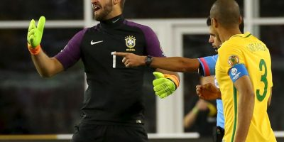 El polémico gol con la mano de Raúl Ruidíaz dejó fuera a los brasileños Foto:Getty Images