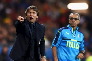 En la celebración del primer gol, el técnico italiano recibió un golpe involuntario de Zaza y terminó con un corte en el rostro Foto:Getty Images