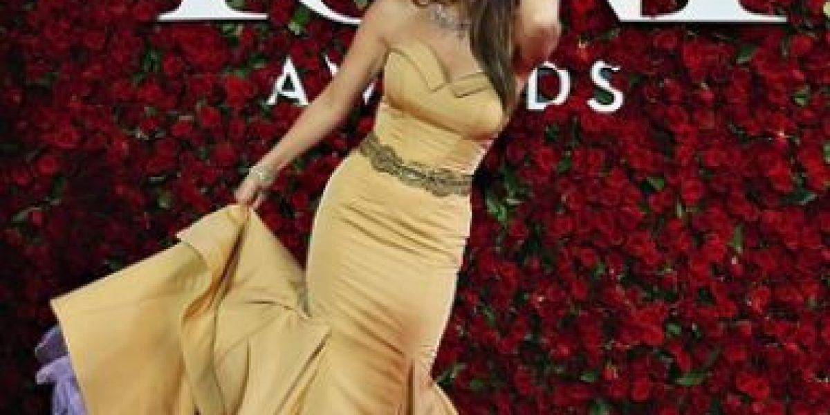 Thalía mostró su habilidad para vestirse en el automóvil