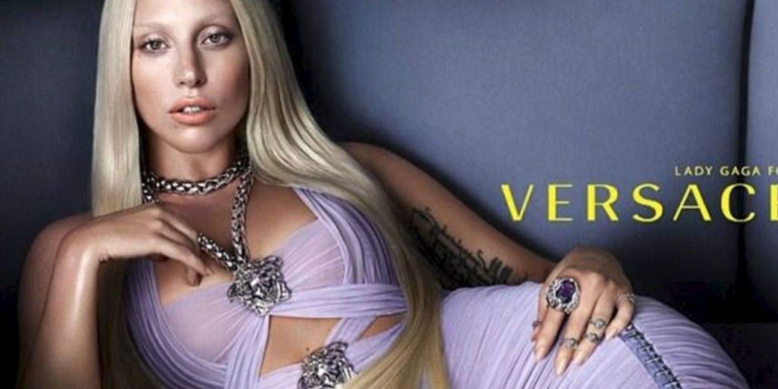 Lady Gaga es una activista contra el bullying. Sus performances y looks se han convertido en una referencia para muchos de sus seguidores LGBTI. Foto:vía Versace