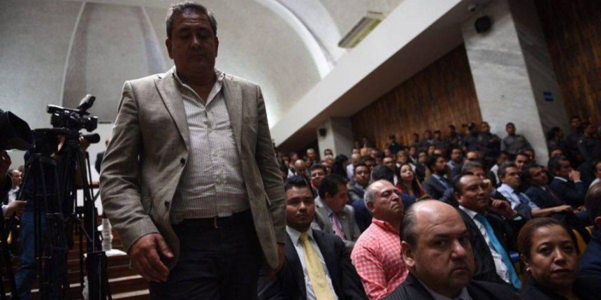Empresario Gustavo Alejos arranca afiche de Gobernación de cuando era prófugo