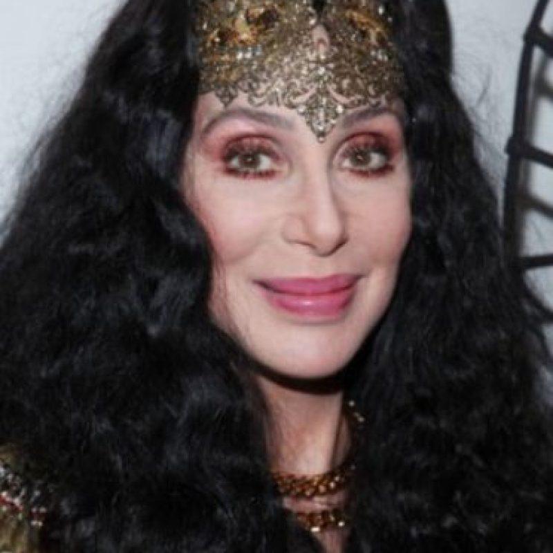 """Cher puso de moda la apariencia """"hippie"""": pantalones bota campana y cabello larguísimo. Foto:Getty Images"""