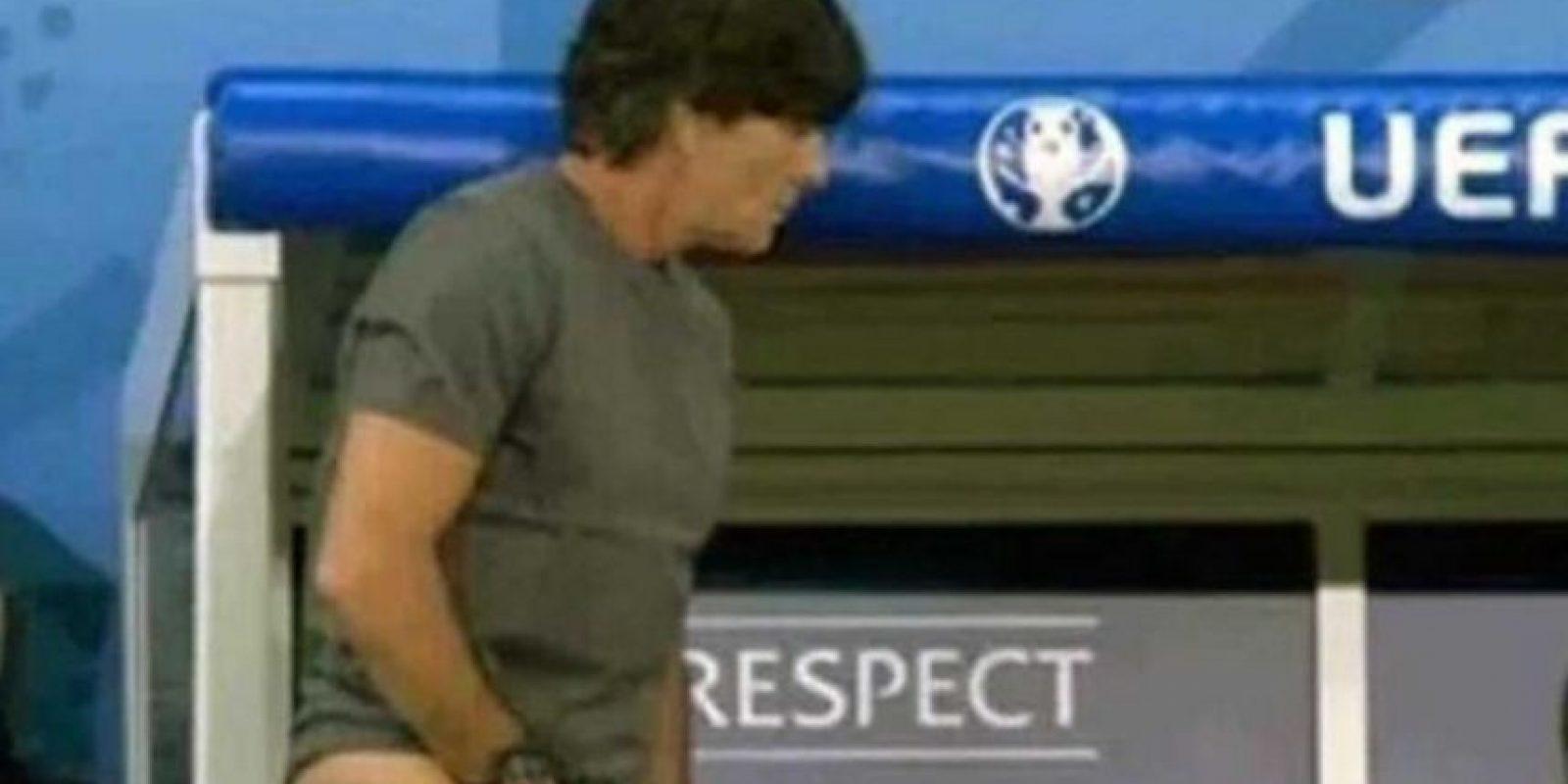 El técnico se metió la mano en los pantalones para tocarse los genitales y luego terminó oliéndose la mano Foto:Getty Images