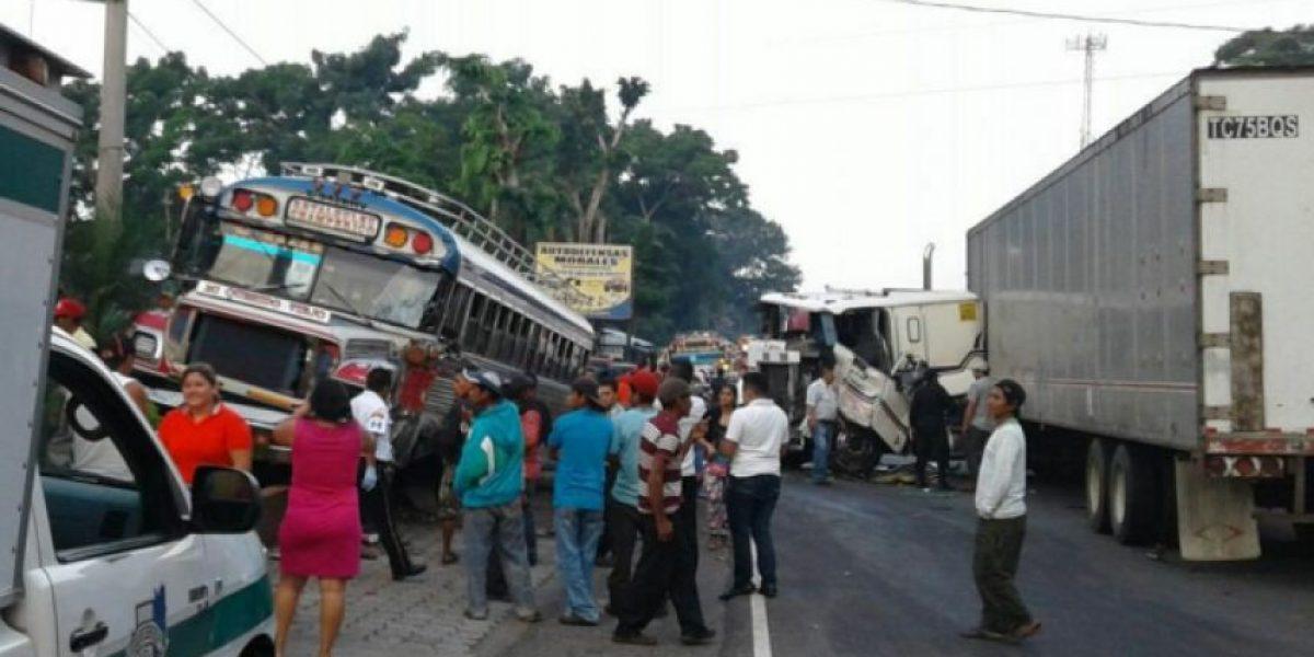 Autobús con niños que iban a una excursión choca contra un tráiler