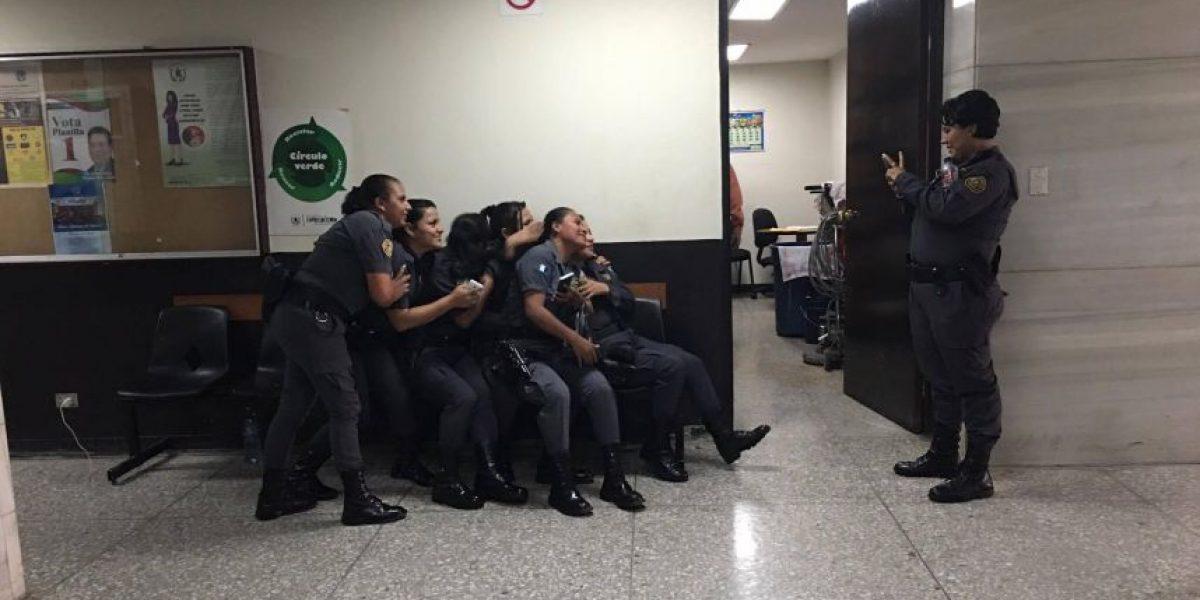 Así se distraen los guardias de Presidios de las extensas jornadas en Tribunales
