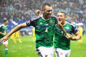 Irlanda del Norte celebró en un clima adverso y venció por 2 a 0 Foto:Getty Images