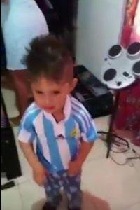 Fue feliz hasta que le pusieron la prenda de Argentina Foto:Twitter