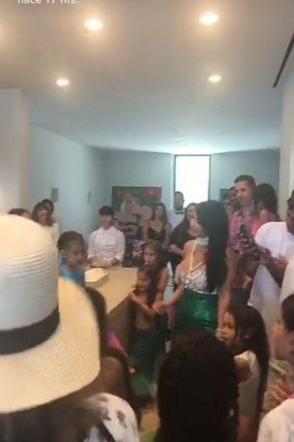 Kim Kardashian aprovechó el momento para lucir su peculiar traje de sirena. Foto:Snapchat Kylie Jenner