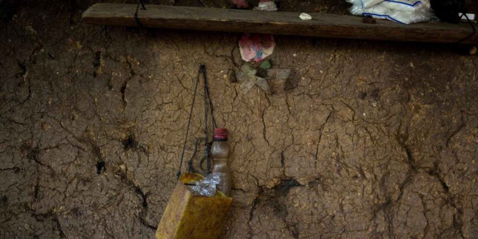 """En esta fotografía del 31 de mayo de 2016, se observan bolsas de sal en una repisa de la casa de Jovita Vásquez al inicio de la temporada de """"hambre estacional"""" en el pueblo de Las Flores, en el estado oriental Chiquimula en Guatemala. Históricamente afectados por la pobreza, miles de habitantes del este de Guatemala padecen una prolongada sequía que ha derivado en una crisis alimentaria. Foto:Moises Castillo/ AP"""
