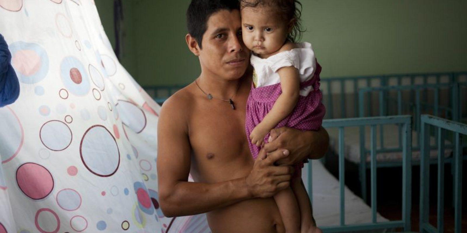 En esta fotografía del 30 de mayo de 2016, Samuel de Jesús carga a su hija Narcisa, quien se recupera de malnutrición agua en una clínica de San Juan Ermita, Guatemala. De Jesús no se ha separado de su hija en los 20 días que ha pasado en recuperación. Foto:Moises Castillo/ AP