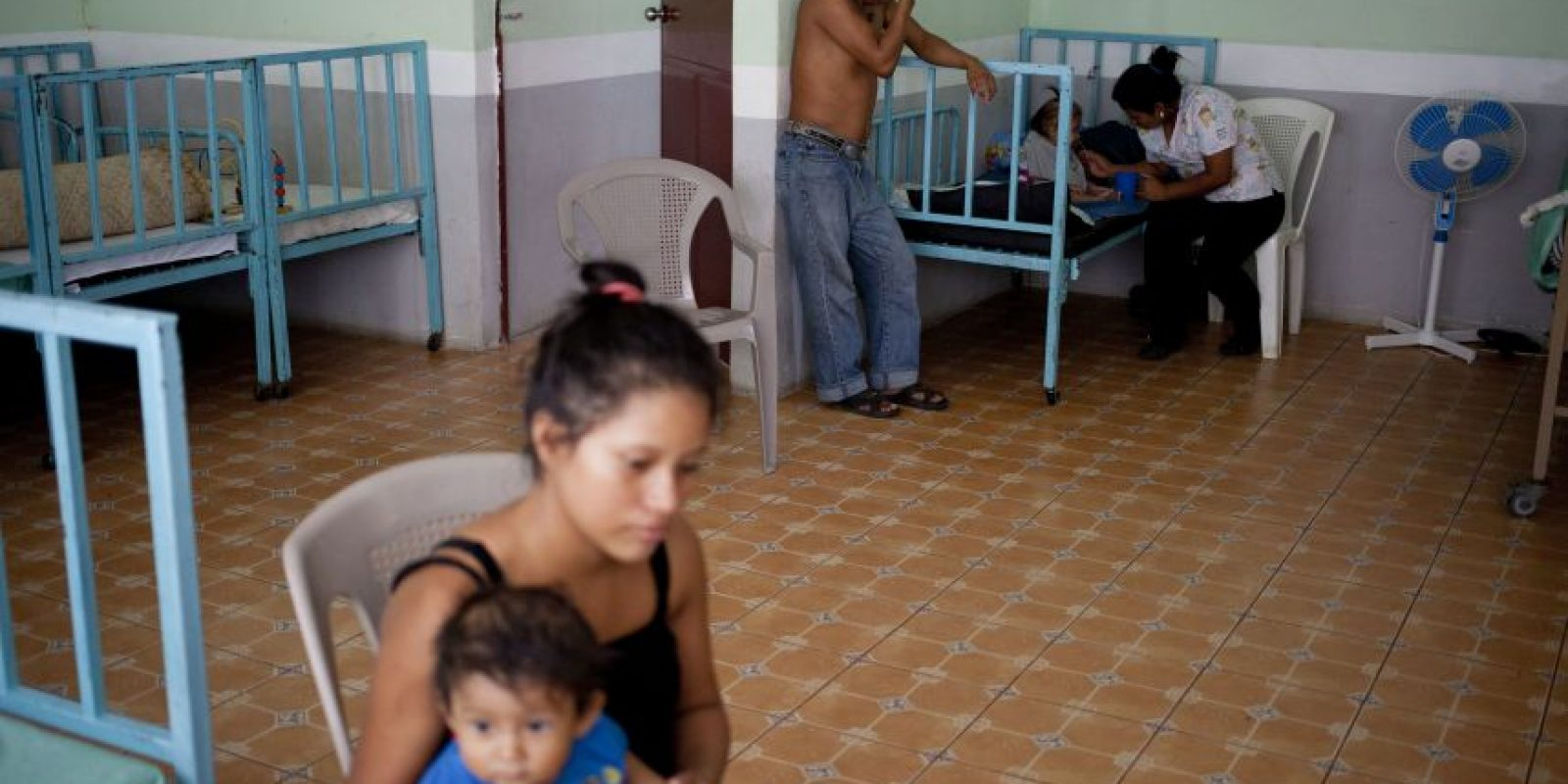 In this May 30, 2016 photo, Samuel de Jesus stands nearby as his two-year-old daughter Narcisa is checked by a nurse inside a public health clinic in San Juan Ermita, in Guatemala's eastern state of Chiquimula. Narcisa, who has spent 20 days at the clinic, is being treated for severe malnutrition. Foto: Moises Castillo/ AP