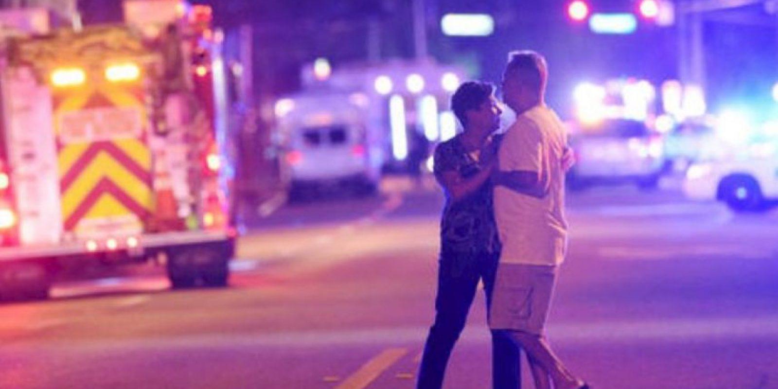 """Fotografías del momento despues del tiroteo en el bar """"Pulse"""". Foto:Getty Images"""