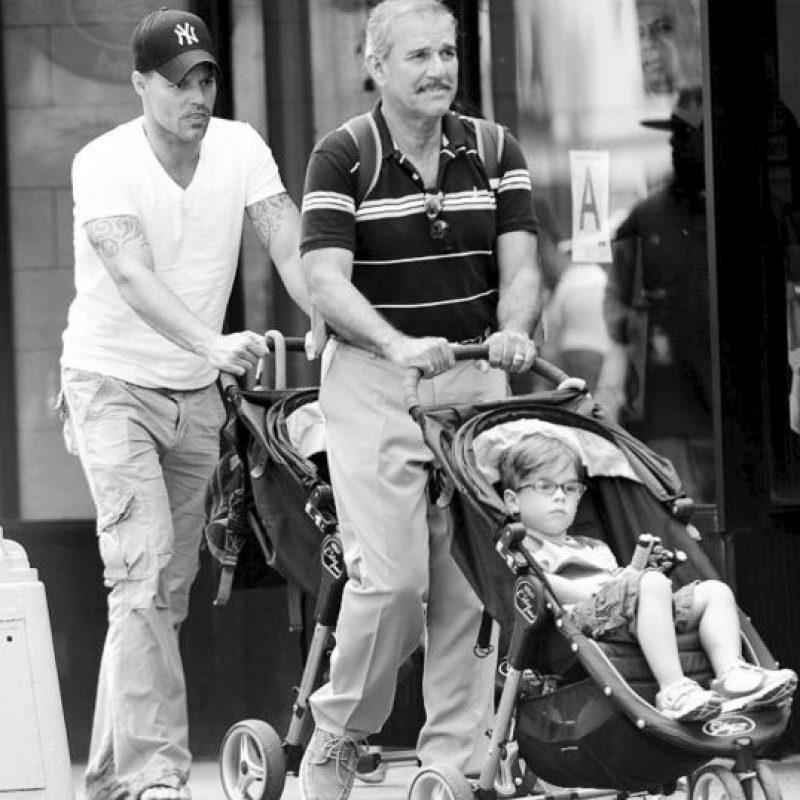 Ricky Martin con su padre y sus hijos, los mellizos Mateo y Valentino