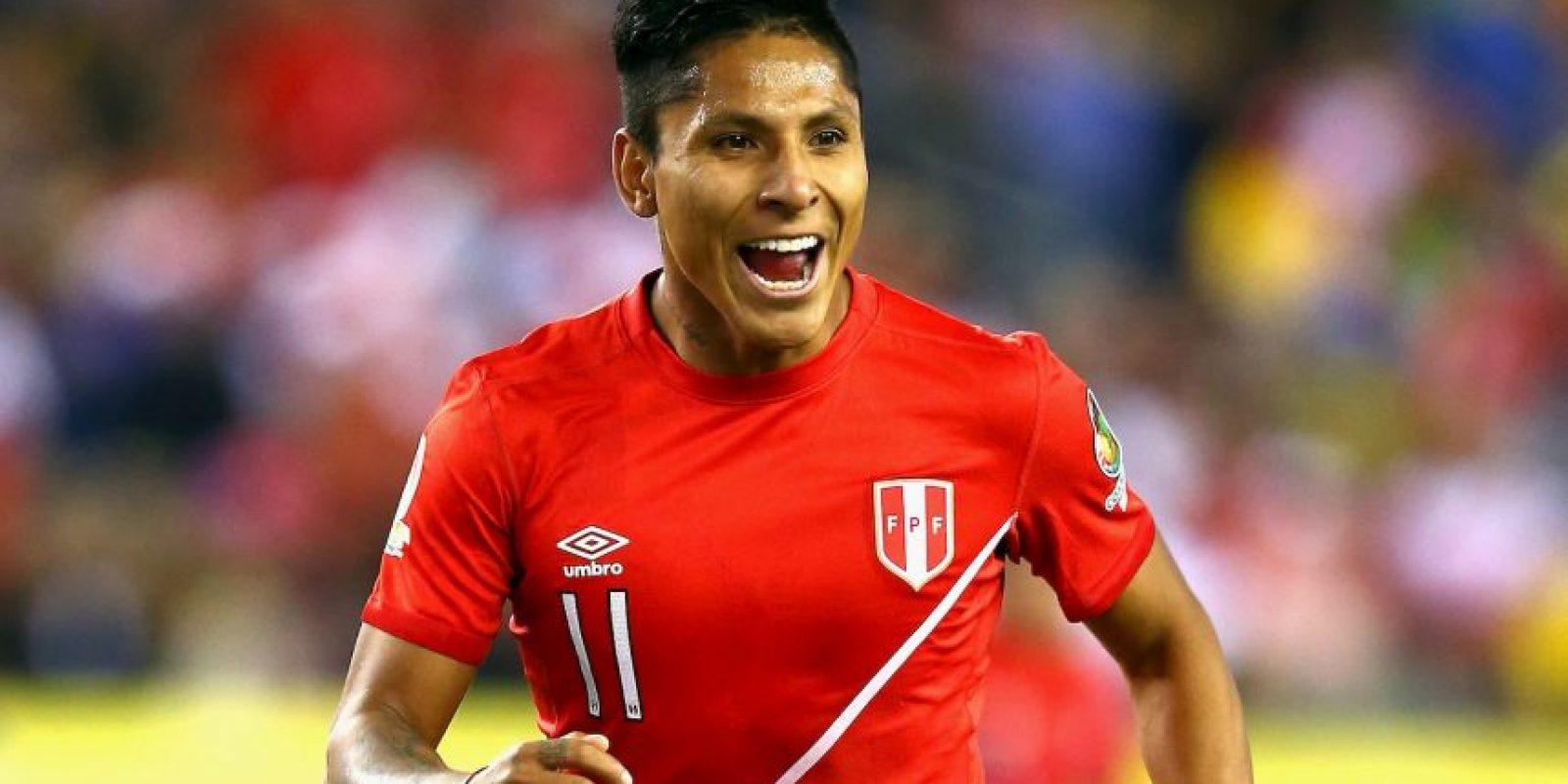 Raúl Ruidíaz protagonizó una de las grandes polémicas de la Copa América Centenario al marcar el gol que los clasificó a cuartos de final, además de eliminar a Brasil, con la mano Foto:Getty Images