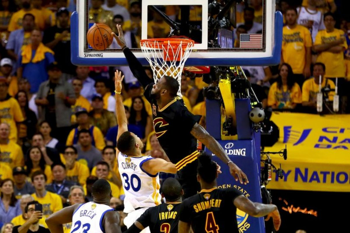 LeBron James se lució con un tapón a Stephen Curry y luego tuvieron un intercambio de palabras Foto: Getty Images