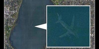 Sin embargo, otras imágenes como esta sí. En esta fotografía se captó el reflejo de un avión sobre este lago, pero en su momento todo mundo pensó que la aeronave estaba hundida. Foto:Reproducción Google Street View
