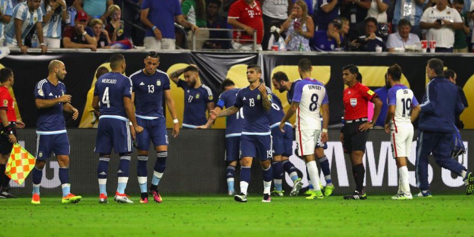 El delantero fue a buscar un despeje de Mascherano y no vio el cartel publicitario Foto:Getty Images