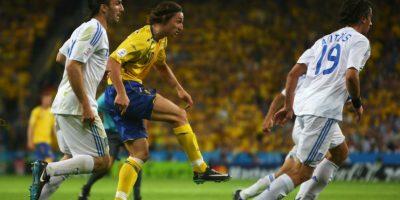 Zlatan Ibrahimovic, casi sin posicionarse, sacó un remate de primera Foto:Getty Images