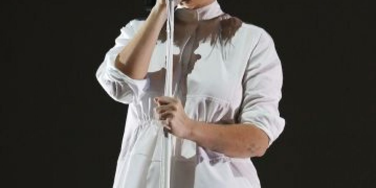 Sia muestra accidentalmente su rostro durante concierto
