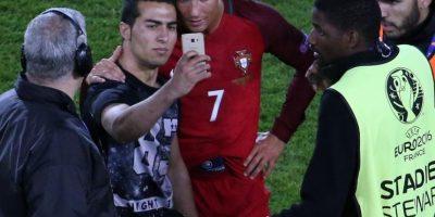 """En la Euro 2016, Cristiano aceptó una selfie en la cancha con un aficionado. Aunque en este caso """"CR7"""" posó para la foto, la federación de Portugal será multada"""
