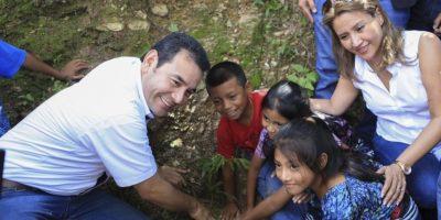"""Presidente siembra el """"árbol cero"""" en campaña de reforestación"""