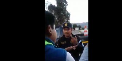 Video. Se comparte la señal obscena que le hizo un policía a una mujer