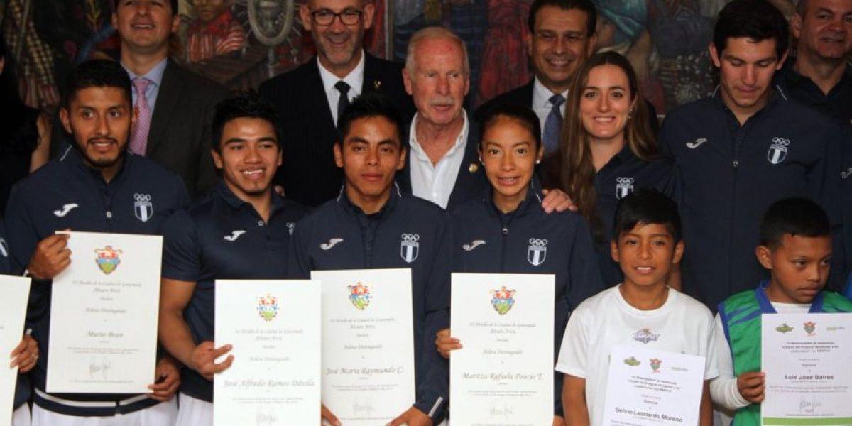 Alcalde Álvaro Arzú rinde homenaje a atletas olímpicos