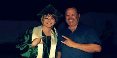 Hilarante padre imitó las fotos de Snapchat y Facebook de su hija
