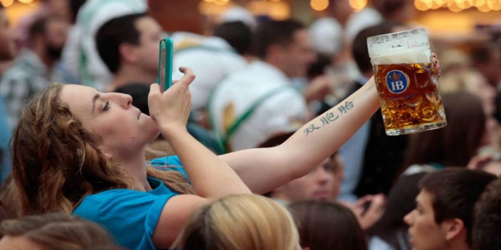 Ya sea para fotos o estar mandando mensajes, todos usamos nuestro celular mientras bebemos. Foto:Getty Images