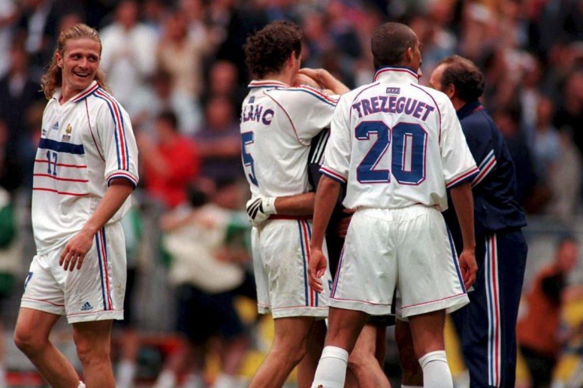 Laurent Blanc también inmortalizó su beso a la calva de Fabian Barthez como cábala antes de cada partido de Francia 1998, la que terminaron ganando Foto:Getty Images