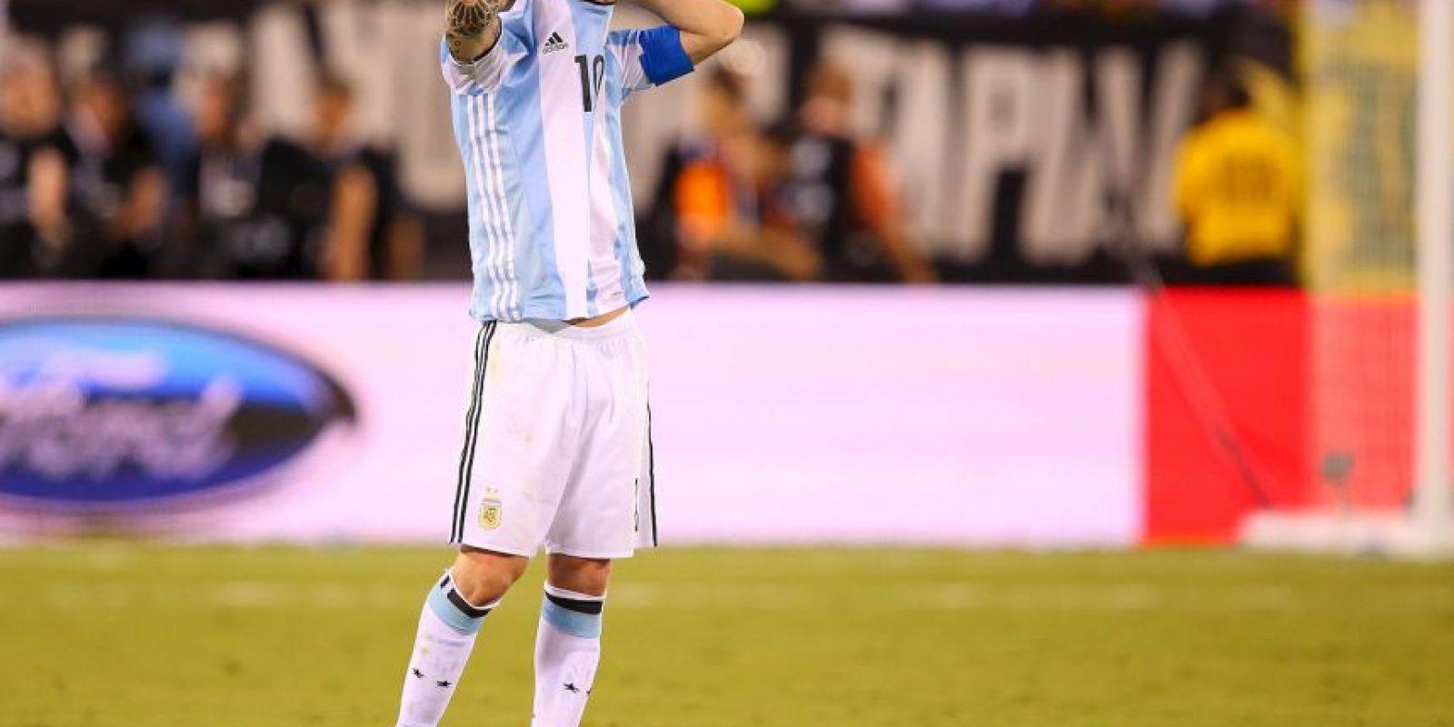Considerado el mejor jugador del mundo y cansado de ganar títulos con Barcelona, no pudo tener el mismo éxito con Argentina. Tras perder su cuarta final consecutiva al caer en penales con Chile en la Copa América Centenario, decidió retirarse de la selección Foto:Getty Images