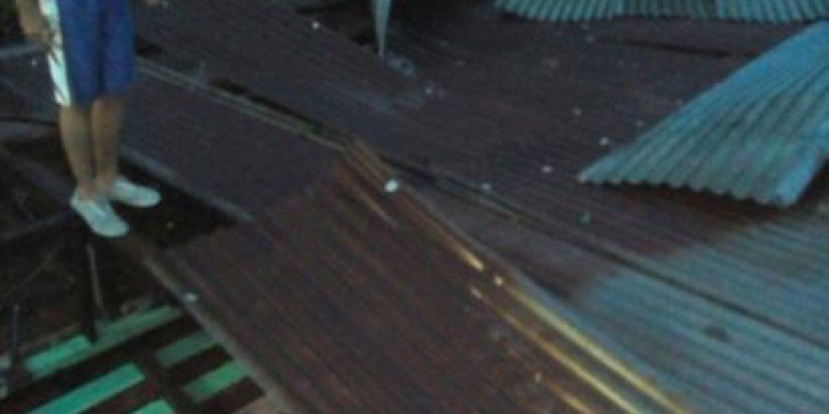 Vientos fuertes arrancan láminas de techos en Mazatenango