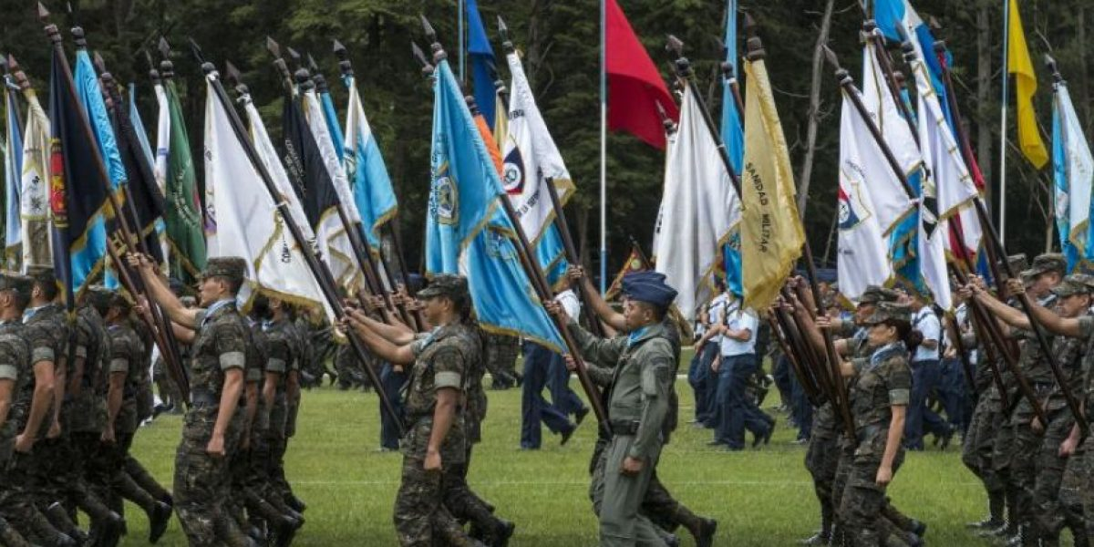 Presidente Jimmy Morales cede y el Ejército ya no desfilará en las calles