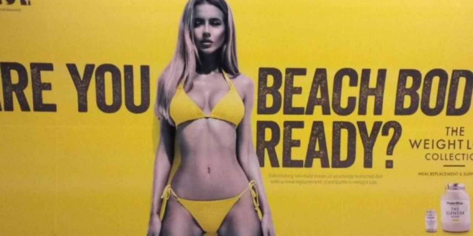 ¿Está su cuerpo listo para la playa? Es lo que pregunta la modelo que aparece en el cartel que ha causado tanta polémica. Foto:Vía Twitter @flowdigitalltd