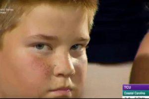 Las curiosas caras del niño que se volvió viral en un partido de béisbol Foto:Twitter