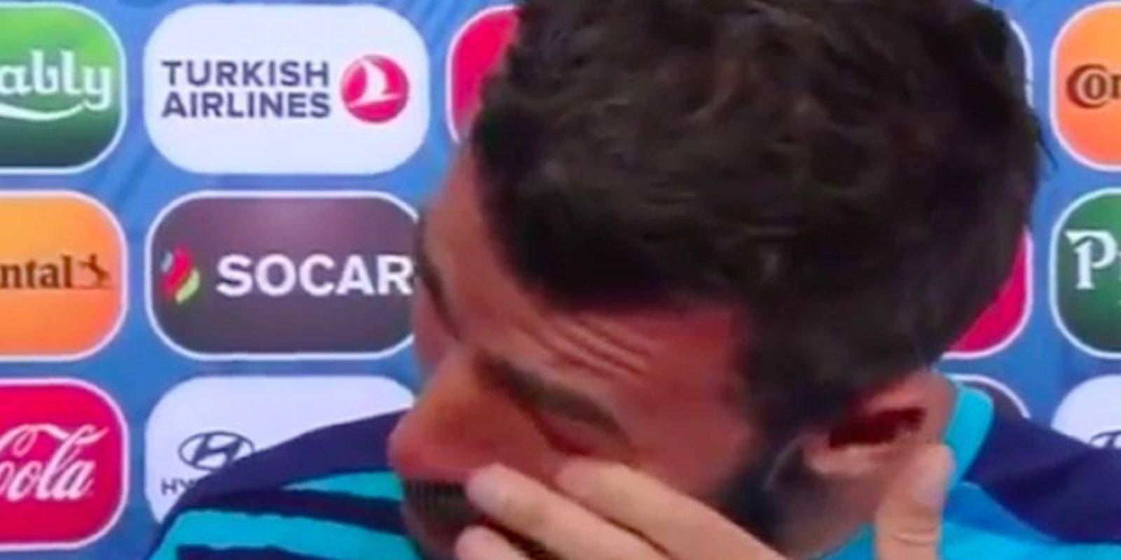El defensa italiano, Andrea Barzagli, llora en una entrevista tras la eliminación de Italia en la Eurocopa 2016. Foto:Captura de pantalla de YouTube